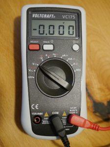 Multimeter (eingestellt auf Gleichspannung)